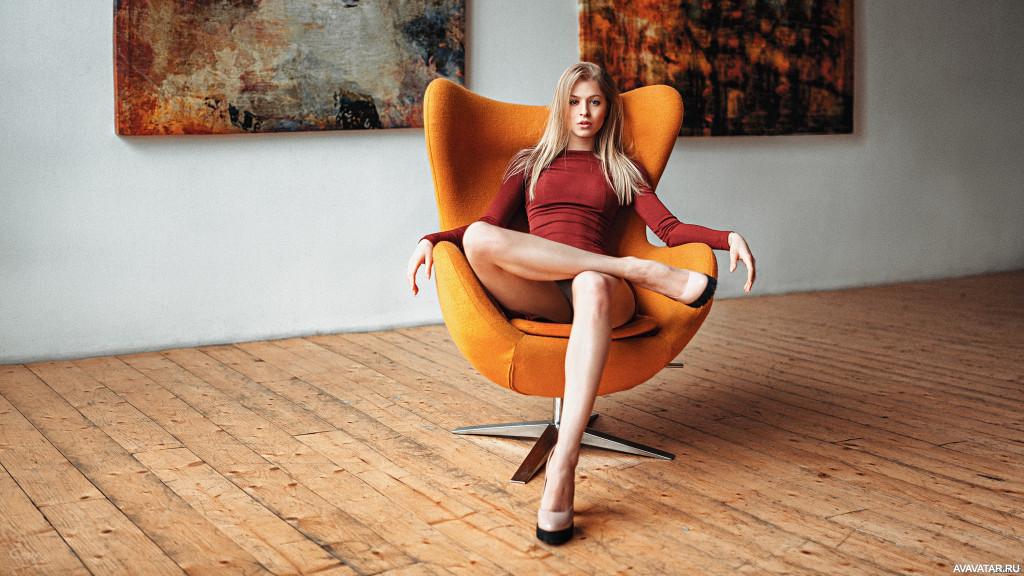 жена на красном кресле