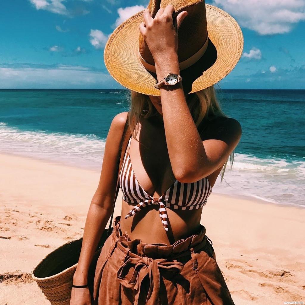 Картинки девушек на пляже в шляпах
