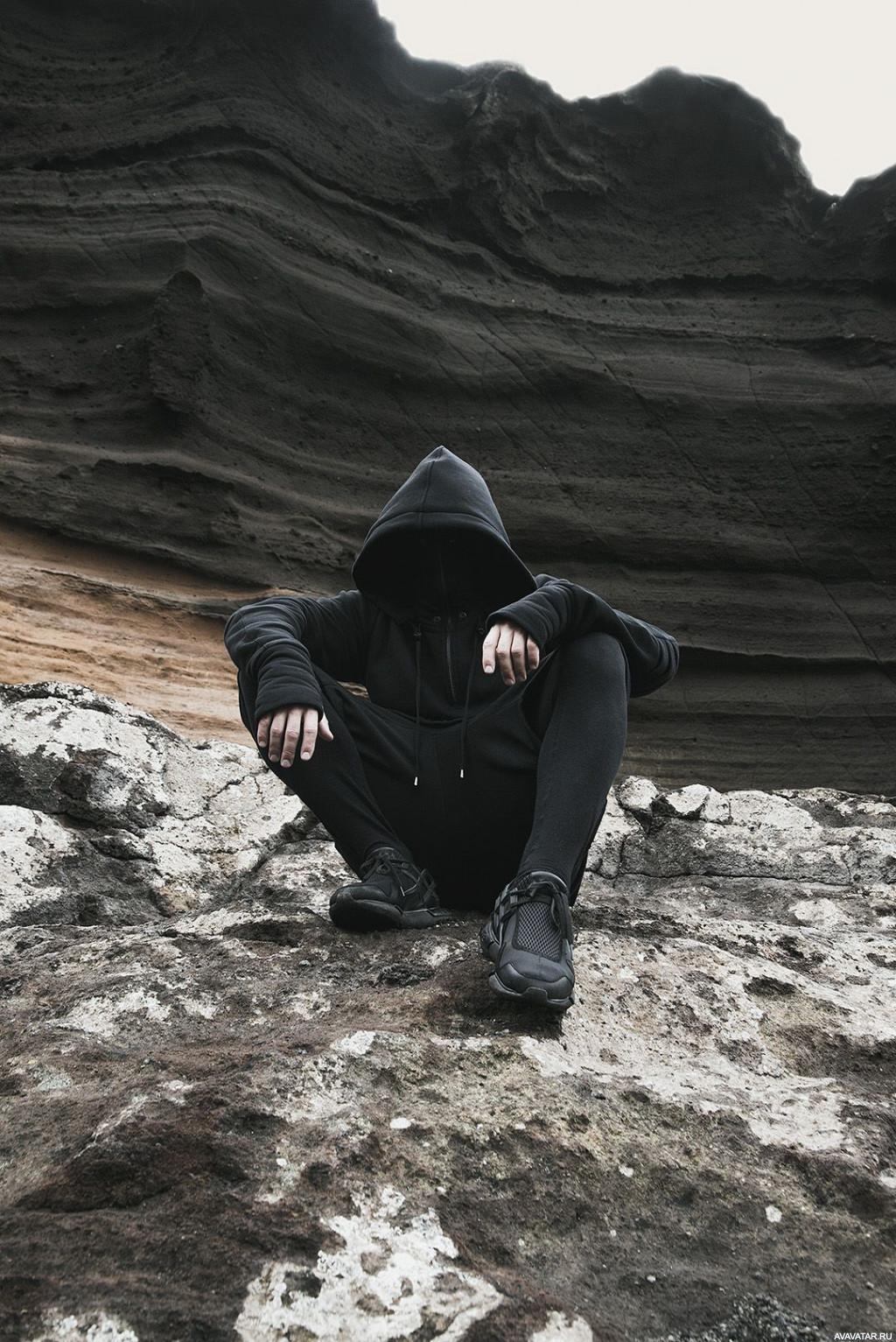 фото мужчина в капюшоне у реки исключение